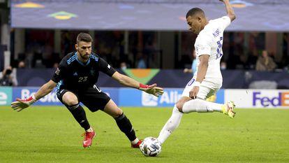 Mbappé bate a Unai Simón en el reciente duelo entre España y Francia de la Nations League.