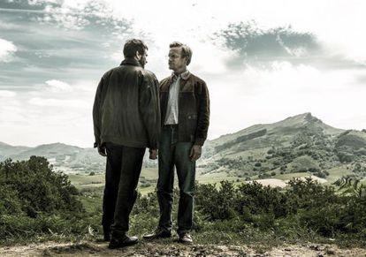 El etarra Domingo Iturbe Abasolo 'Txomin', interpretado por Alex Brendemühl, y el mediador Grégoire Fortin (Jérémie Renier), en una escena de 'Santuario'