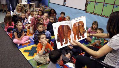 Alumnos de preescolar escuchan a su profesora en una escuela elemental del condado de Washington (Oregón).