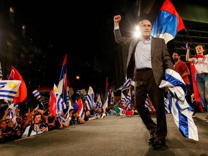 El líder de la coalición Frente Amplio, Daniel Martínez, celebra los resultados electorales.