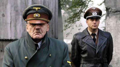 Bruno Ganz, en el papel de Hitler en 'El hundimiento'. Detrás, Heino Ferch como Speer.