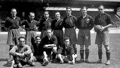 José María Yermo, with the ball in hand, with the Spanish soccer team for the 1928 Olympic Games in Amsterdam.