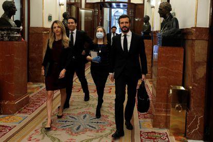 Pablo Casado y Cayetana Álvarez de Toledo, este miércoles en los pasillos del Congreso, seguidos de Ana Pastor, con mascarilla, y Teodoro García-Egea.