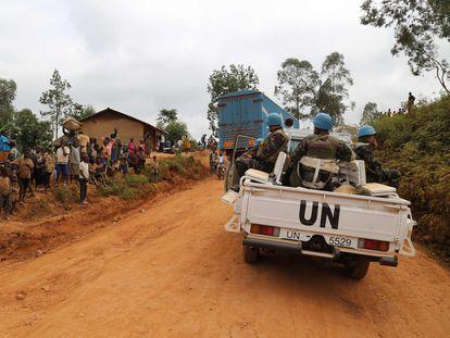 Soldados marroquíes de la ONU patrullan en Ituri, donde se han producido numerosas matanzas de civiles en los últimos meses.