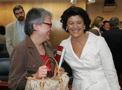 La diputada socialista Matilde Fernández y la consejera  Gador Ongil,  en la comisión de Familia.
