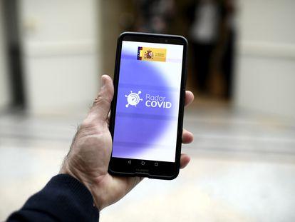 Una persona utiliza desde su teléfono móvil la aplicación Radar Covid, en Madrid el pasado mes de octubre.