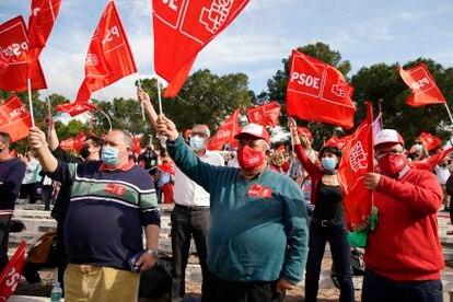 Simpatizantes del PSOE en Entrevías, este domingo.