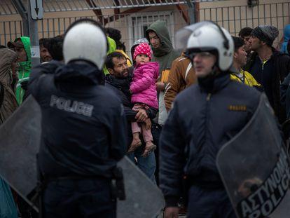Decenas de migrantes se agolpan ayer en el puerto de Mitilene (Lesbos). ÁLVARO GARCÍA
