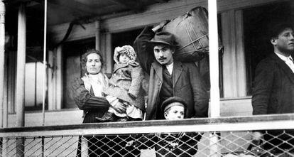 Familia italiana de inmigrantes a bordo del Ellis Island, el ferry que se dirigía aManhattan.