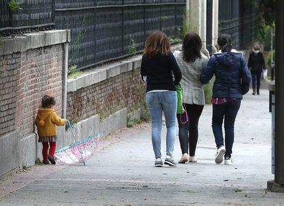 Una niña y varios adultos, en el centro de Madrid durante la pandemia de coronavirus.