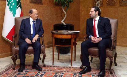 El presidente libanés, Michel Aoun (I), con el primer ministro Saad Hariri (D), en el palacio de Baabda, en Beirut, este domingo.