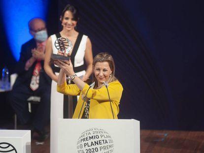 Eva García Sáenz de Urturi, con el Premio Planeta, esta noche en Barcelona.