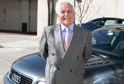 José Luis Baltar, ante su coche oficial en 2008.