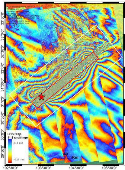 Imagen obtenida mediante combinación de registros de radar sobre la zona de Wenchuan (China) donde se produjo el terremoto en mayo de 2008. El rectángulo blanco muestra la zona principal de deformación del suelo y el rectángulo rojo, el área más dañada por el seísmo.