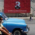 El VIII Congreso del Partido Comunista Cubano,que comenzó este viernes en La Habana, se realiza en un momento clave. La isla afronta una de las peores crisis de su historia y Raúl Castro anunció su retiro. En foto, la gente pasa junto a un cartel publicitario del VIII Congreso del Partido Comunista de Cuba.