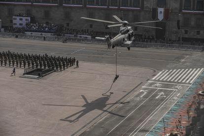 Las Fuerzas Armadas participan en el desfile militar.