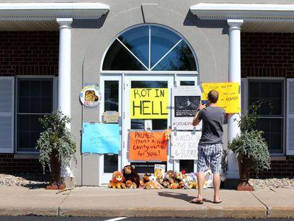 Carteles de protesta en la clínica dental de Walter Palmer, el cazador que dio muerte al león 'Cecil', en Bloomington, Minnesota.