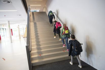 Un grupo de estudiantes sube las escaleras de su colegio en su primer día de clase en Hamburgo, al norte de Alemania.