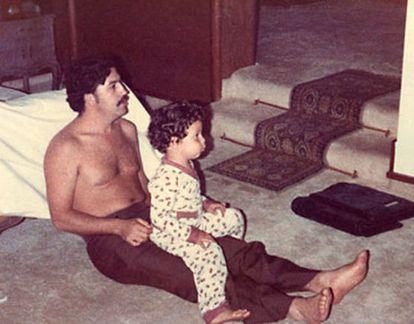 El narcotraficante Pablo Escobar, con su hijo Juan Pablo, en 1978.