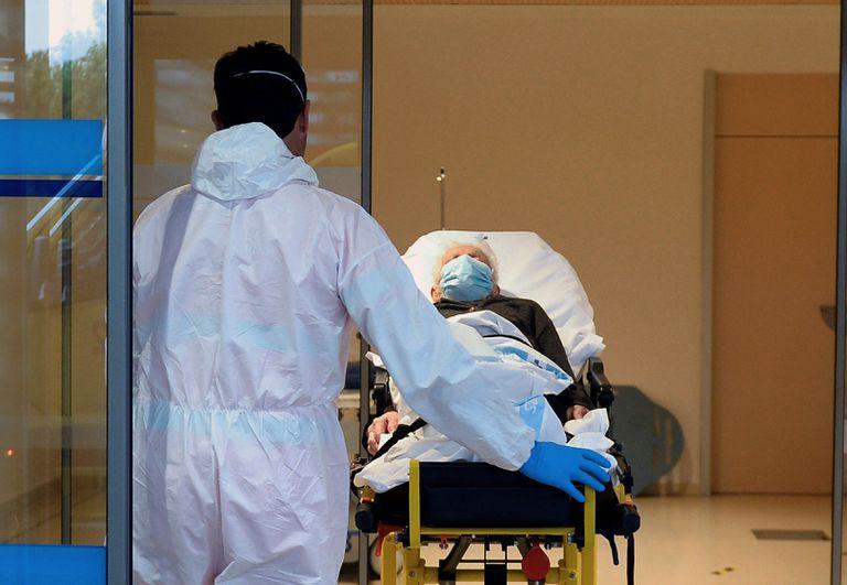 Un paciente llega a las urgencias respiratorias en la zona habilitada para covid-19 en el Hospital Río Hortega de Valladolid.