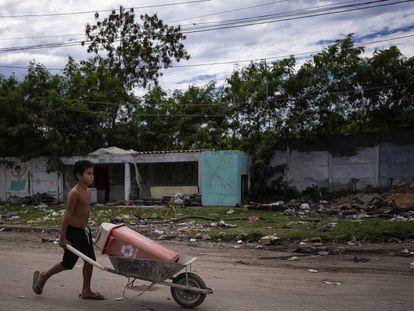 Un niño empuja una carretilla en la comunidad de Cidade de Deus en Río de Janeiro (Brasil).