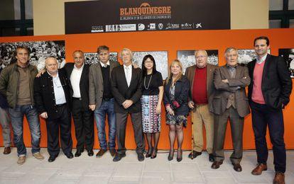 La presidenta del Valencia CF, Lay Hoon, junto a la diputada de Cultura Maria Jesús Puchalt y varios exjugadores del Valencia, como Ricardo Arias, Felman, Tendillo, Sol, Roberto Gil y Giner, durante la inauguración de la exposición 'Blanquinegre el Valencia CF en los archivos de la Agencia EFE'.