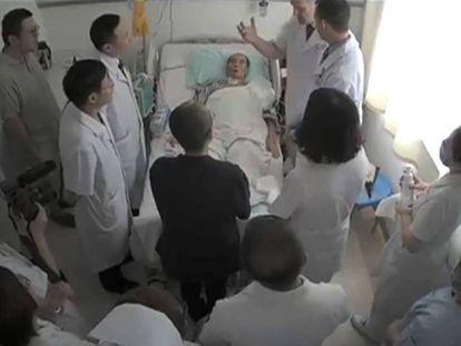 Liu Xiaobo, tumbado en la captura de un vídeo sin fechar ni localizar obtenido el pasado martes.