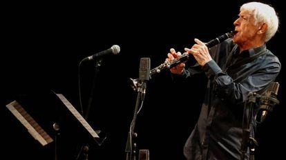 El músico francés, Michel Portal, durante su actuación en la última jornada del 53 Festival de San Sebastián