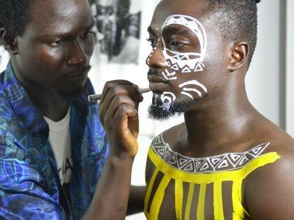De adornar camisetas en el colegio en Accra a pintar el cuerpo a los bailarines de Beyoncé