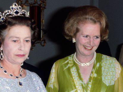 Isabel II y la primera ministra Margaret Thatcher durante un viaje a Zambia en 1979.