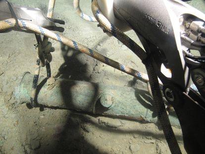 Alzado de un cañón de bronce de la fragata 'Mercedes' a más de un kilómetro de profundidad