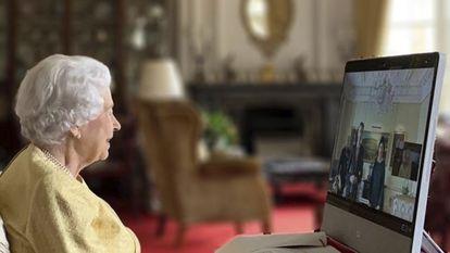 Isabel II recibe por videoconferencia al embajador de Suiza, sentada en una estancia del castillo de Windsor, el 26 de octubre de 2021.