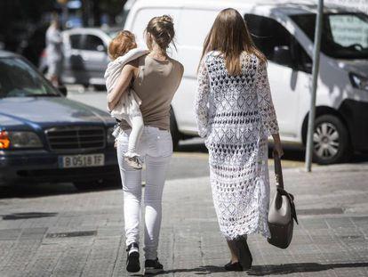 Dos mujeres caminando.