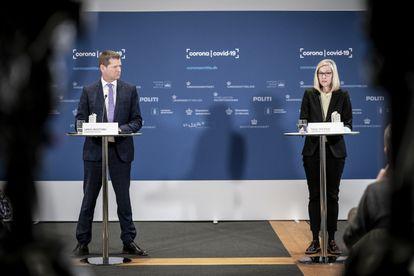 El director de la Dirección General de Sanidad, Sren Brostrm, y la la jefa de departamento de la Agencia del Medicamento danesa, Tanja Erichsen, durante una rueda de prensa el 25 de marzo.