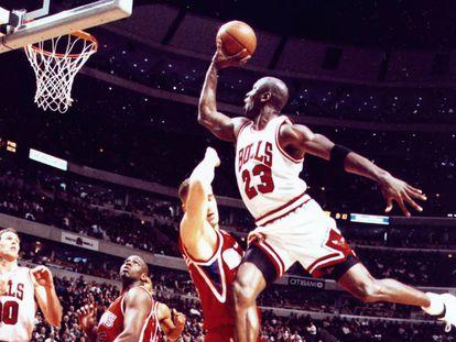 Michael Jordan, volando hacia la canasta rival como una exhalación. Imparable.