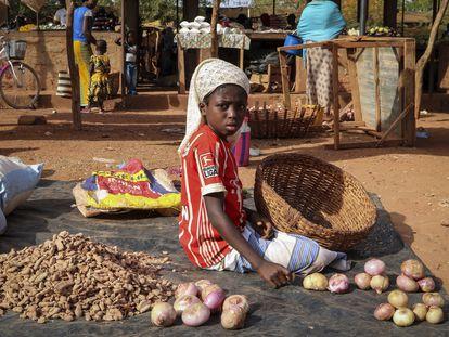 Una niña desplazada por la violencia yihadista en Tougan, Burkina Faso, este miércoles.