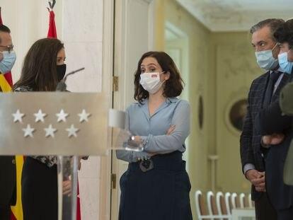 Isabel Díaz Ayuso, en el centro, con parte de sus consejeros, antes de anunciar su decisión de disolver la Asamblea de Madrid este miércoles.