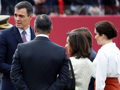 Pedro Sánchez e Isabel Díaz Ayuso durante el Día de las Fuerzas Armadas. En vídeo, la presidenta de la Comunidad de Madrid e Ignacio Aguado piden a Sánchez que no minen sus libertades.