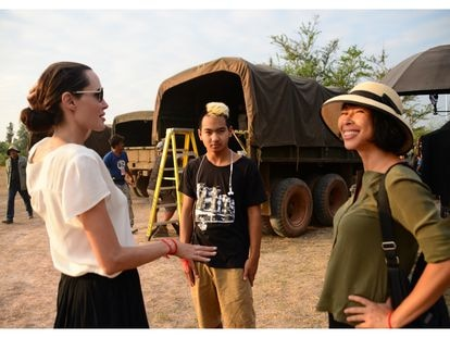 Tráiler de 'Se lo llevaron: recuerdos de una niña de Camboya'. En la foto, Angelina Jolie, Maddox y Loung Ung en el rodaje.
