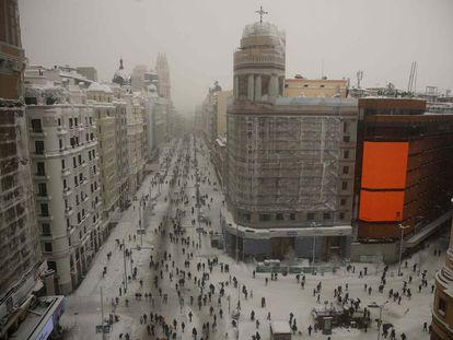 Vista de la nevada de Madrid desde la plaza de Callao, este sábado.