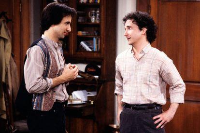Bronson Pichot (Balki) y  Mark Linn-Baker (Larry), en una escena de 'Primos lejanos'.