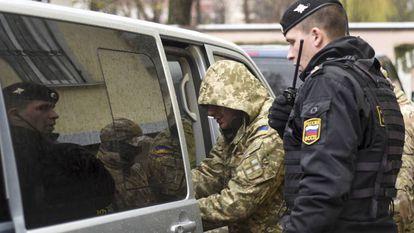 Uno de los marineros apresados sale de un juzgado en Simferópol, este miércoles.