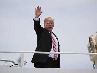 Donald Trump, subiendo en el avión presidencial.