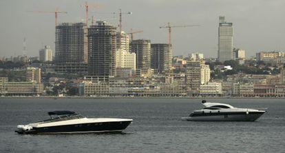 Motoras ante el puerto de Luanda (Angola), con varios edificios en construcción al fondo.