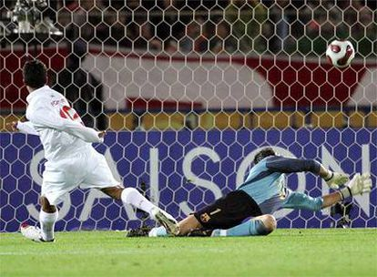 Adriano bate a Víctor Valdés