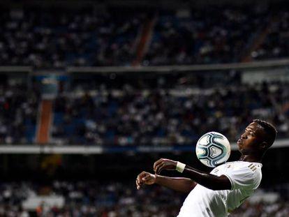 Vinicius controla el balón con el pecho en el partido contra Osasuna.