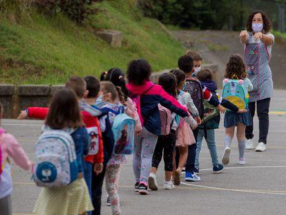 Llegada de los primeros alumnos del colegio Germán Fernández Ramos de Oviedo.