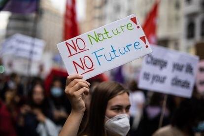 Una mujer muestra un cartel ('Sin naturaleza no hay futuro') en una manifestación convocada dentro de las acciones del Día Global por el Clima, el pasado 24 de septiembre en Madrid.