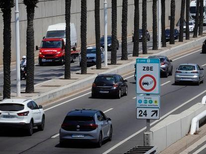 Un cartel anuncia la entrada a la zona de bajas emisiones de Barcelona.