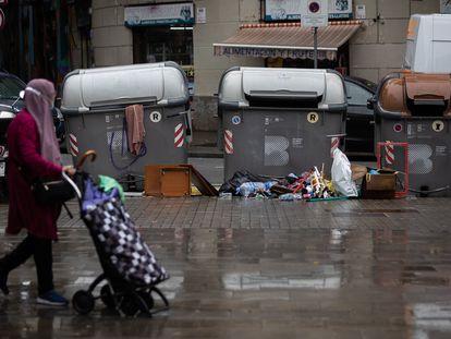 Basura tirada junto a un contenedor de la calle Dos de Maig de Barcelona, este lunes.